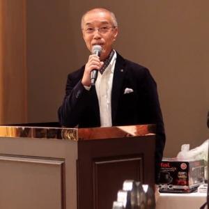 司会者ジャッキー gave attendances a good time at workplace party as emcee