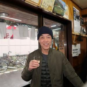 雨の中タコを持って歩く男 took out a piece of boiled octopus after drinking at a bar