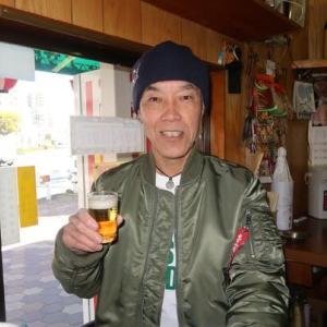 野江4丁目の奇蹟(幸せのひと時編) drinkers enjoy criticizing some politicians at a bar
