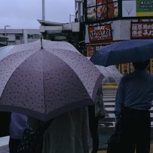 雨だからって