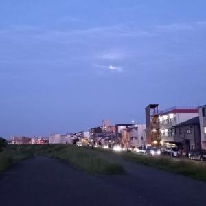多摩川沿いの夕暮れに5.25