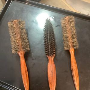 髪がツヤツヤになってまとまり良く仕上がるヘアブラシの材質とは?