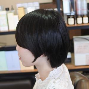 知的な女性に見えるショートヘアの作り方