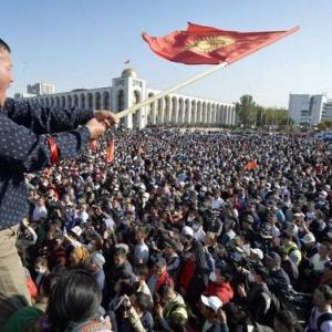 【キルギス】野党支持者数千人が抗議 収賄容疑で収監中の前大統領ら解放