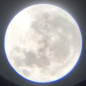 生徒が双眼鏡とスマホて撮った月