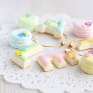 本日先行予約開始【スワロがキラッ☆イニシャルアイシングクッキーとマカロンチャームのキーリング】