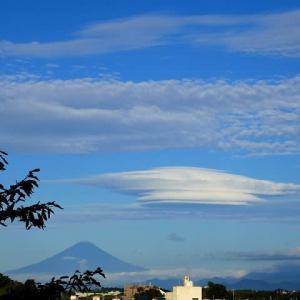 まるでUFO?巨大なレンズ雲と秋の富士