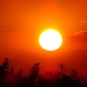 秋の夕陽と十三夜の月