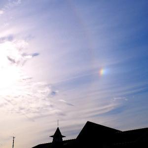 鎌倉の上空に虹色に輝く幻日!