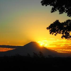 沈む夕日と夕焼け富士
