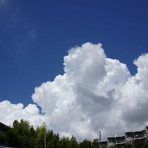 夏空に湧き上がる積乱雲