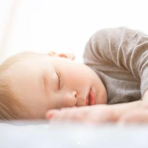 秋から冬にかけても、赤ちゃんは汗かき。