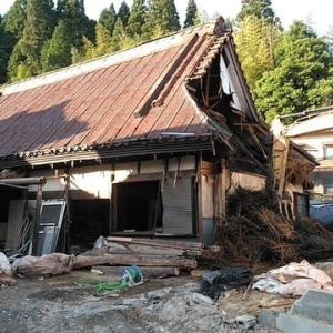 茅葺の古民家の取り壊し