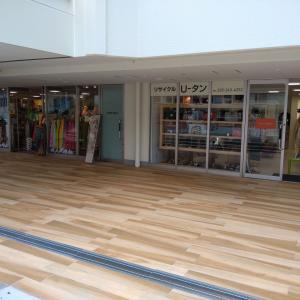 万代シテイバスセンターの通路の木目化が進む!外壁はさらに黒くなった