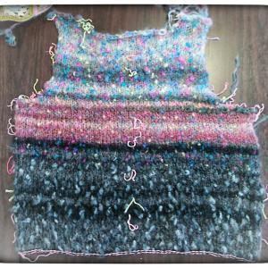 セーター 前見頃が編めました♪
