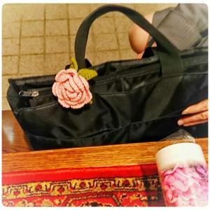 愛用して下さって嬉しい❗ ~薔薇のヘアゴムをバッグチャームに