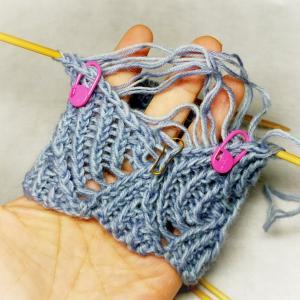緊急オペでした 親指付き青海波ハンドウォーマー 薄めカラー編み始め