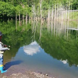 あるー日〜森の中〜熊さんに・・・。弟子と渓流釣り