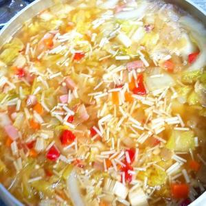 昨日の晩御飯「野菜たっぷりコンソメスープ」「マグロのカマオのバジル焼き」