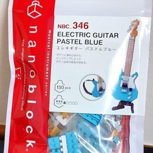 久しぶりにナノブロック商品「エレキギター パステルブルー」