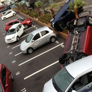台風と保険の関係 隣の植木鉢が車に落ちてきたら?