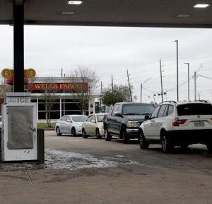 テキサス州の電力不足、水も止まり配給に長蛇の列