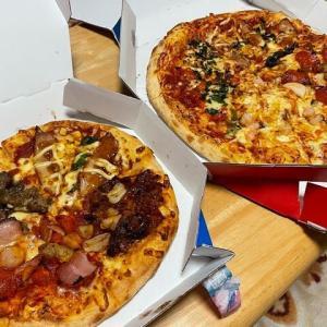 「ドミノ・ピザ 倉敷老松店」から、「クワトロ・2ハッピー」&「クワトロ・ミートマックス」をデリバリー!