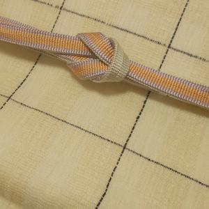 藍色格子、生なり色と真珠色の櫛織の袷帯、振り幅が大きくどの着物とも相性の良い帯は重宝します