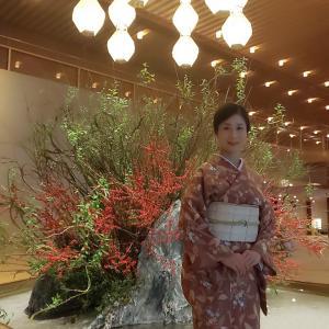 秋の装い、木の葉を散りばめた総柄小紋の着物に櫛織の袋帯コーデでホテルオークラへ。