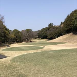 アルコール消毒液がたくさん置いてあるゴルフ場。
