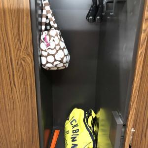 ロッカーの中にバッグ掛けるフックがあると嬉しいデス!
