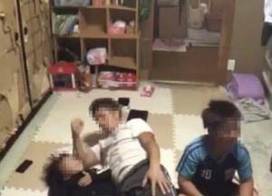 """【炎上】配信者が生配信中に2歳児の顔面に""""肘鉄""""。「明らかな虐待」と批判殺到"""