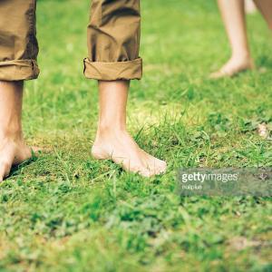「地面に裸足で立つこと」についての驚くべき体と健康への効用