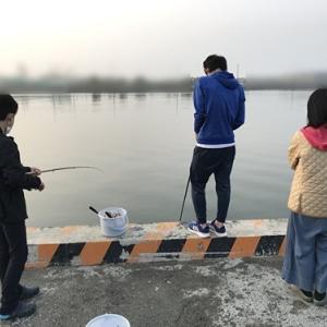 家族4人でコノシロ釣り