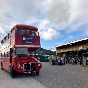 お城の残るヨークシャーの田舎町、赤い「ロンドン バス」が送り迎えする編み物フェアに行ってみた!