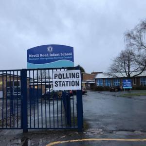 イギリスの運命を決定する重大な総選挙の投票日、病み上がりの散歩に同行した投票所、平日に全校休校の公立小学校