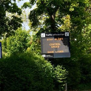 国民の不安がつのるロックダウンの解除、皮肉だと思いたいマンチェスター交通局の交通安全標語
