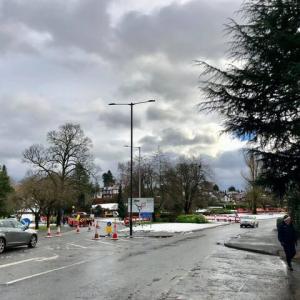 ニュースを騒がせるイギリスの冬の名物「水害」どうにかまぬがれたうちの近所のラウンドアバウト、大雨の後の公園を歩く