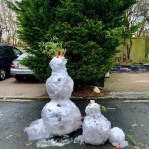 イヤでも目に入る、雪の日の子供たちの楽しみ雪だるまづくりの無残なその翌日