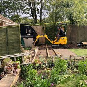 海外はまだまだパンデミックのさなかの今年の夏は家にいて庭仕事!裏庭にパワーショベルの椿事!