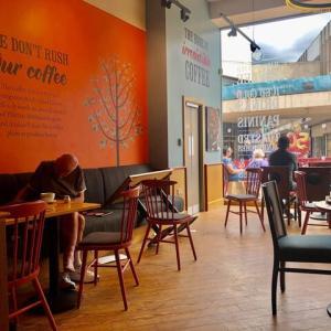 カフェで飲んだコーヒーと、セルフサービスのカフェで飲食の後テーブルを片付けるか否か、日英の文化背景論、他