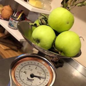 食べるのに飽きた、小さい酸っぱい自家栽培の青リンゴで作った(意外にも)日本でもよく知られているらしい英国の伝統的なデザート