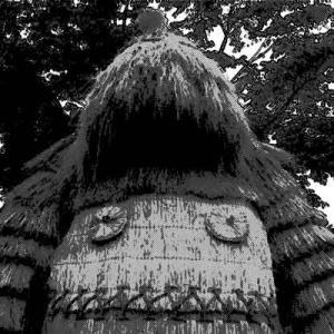 目の前に立ちふさがる大きな藁の道祖神