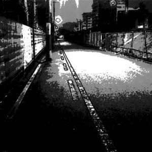 怖い夜道で少し先を歩く女の人