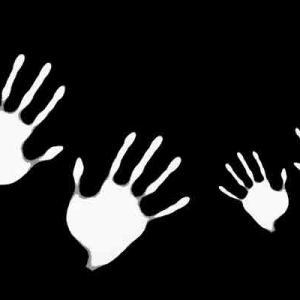 布団に潜り込んだ私を押さえ付ける4つの手