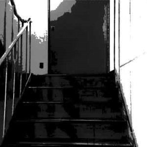 ビルの階段に張られた「進入禁止」の先で