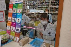 新型コロナウイルス飛沫感染防護として 薬局窓口にアクリル板を設置
