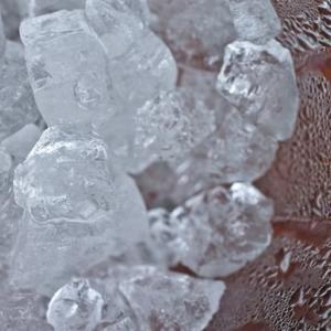 冷蔵庫の自動製氷機は使わない。100均の製氷皿でシンプルに氷を作る理由。