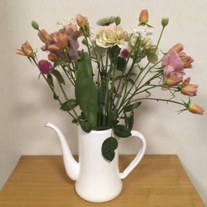 月兎印のコーヒーポットに花を飾る