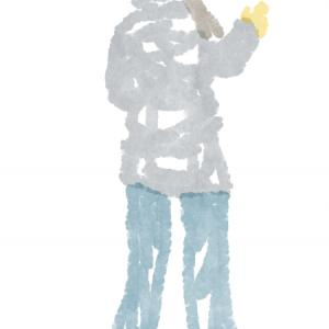 紺のキャスケットの黒いフーデッドダウンコートのおねえさん